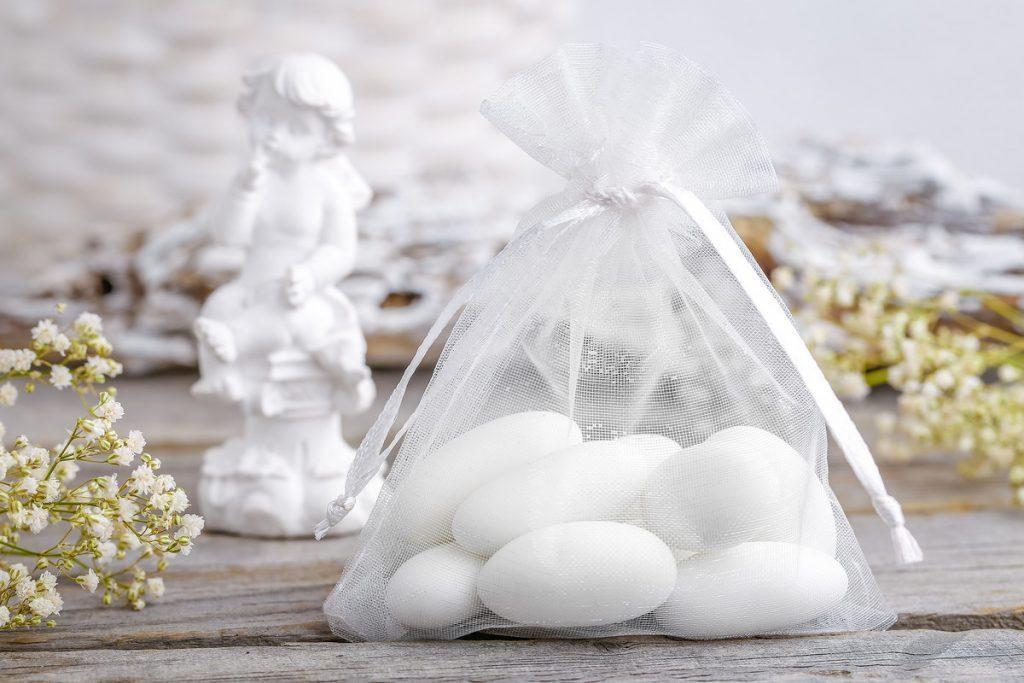Una borsa di organza bianca per la Santa Comunione