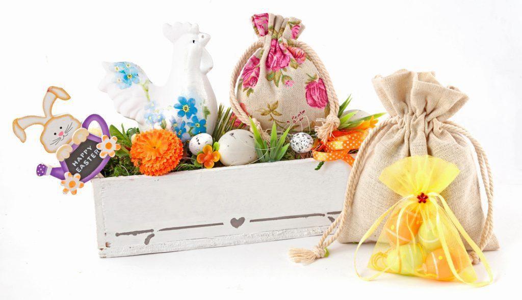 Colorata composizione pasquale creata con sacchetti in tessuto e vaso rettangolare con uova dipinte