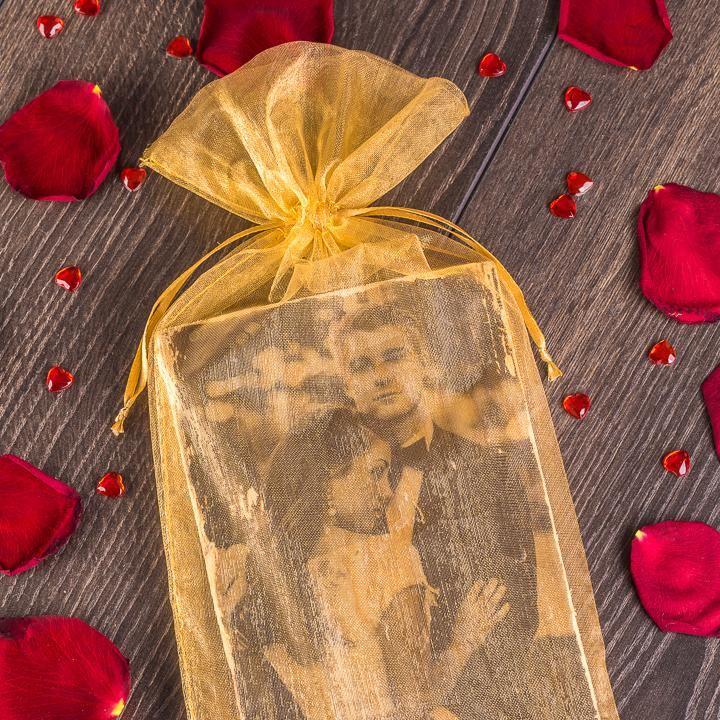 Un elegante sacchetto di organza dorata come involucro per una foto degli sposi