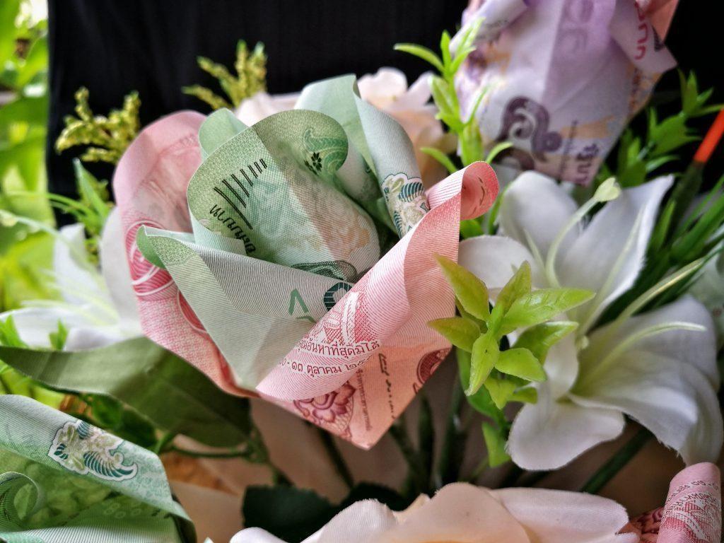 Il bouquet di nozze con fiori origami in banconote