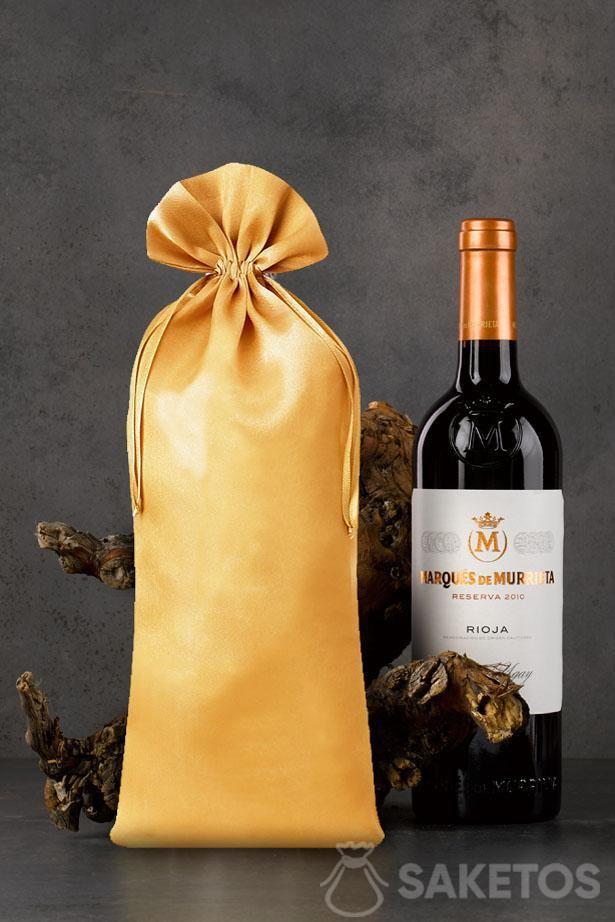 Sacchetto dorato in raso di dimensioni 16x37 cm come confezione per bottiglie di vino