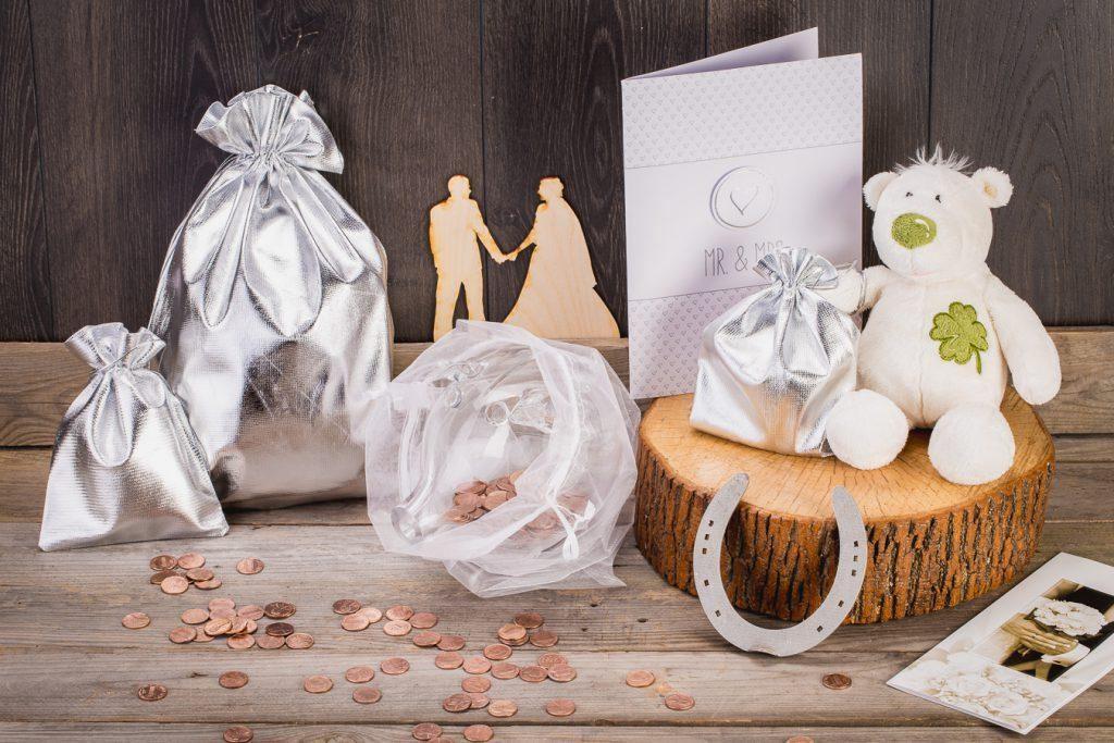Quando un regalo di nozze si suppone che sia denaro, è possibile imballarlo in un salvadanaio di vetro posto in un sacchetto di organza.