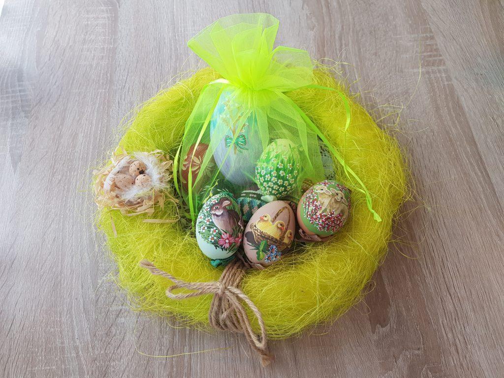 Uova dipinte a mano in un sacchetto verde neon di organza