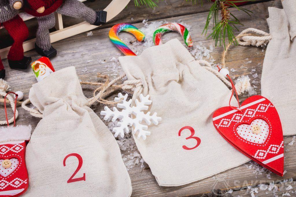 Calendario dell'Avvento realizzato con sacchetti di lino.