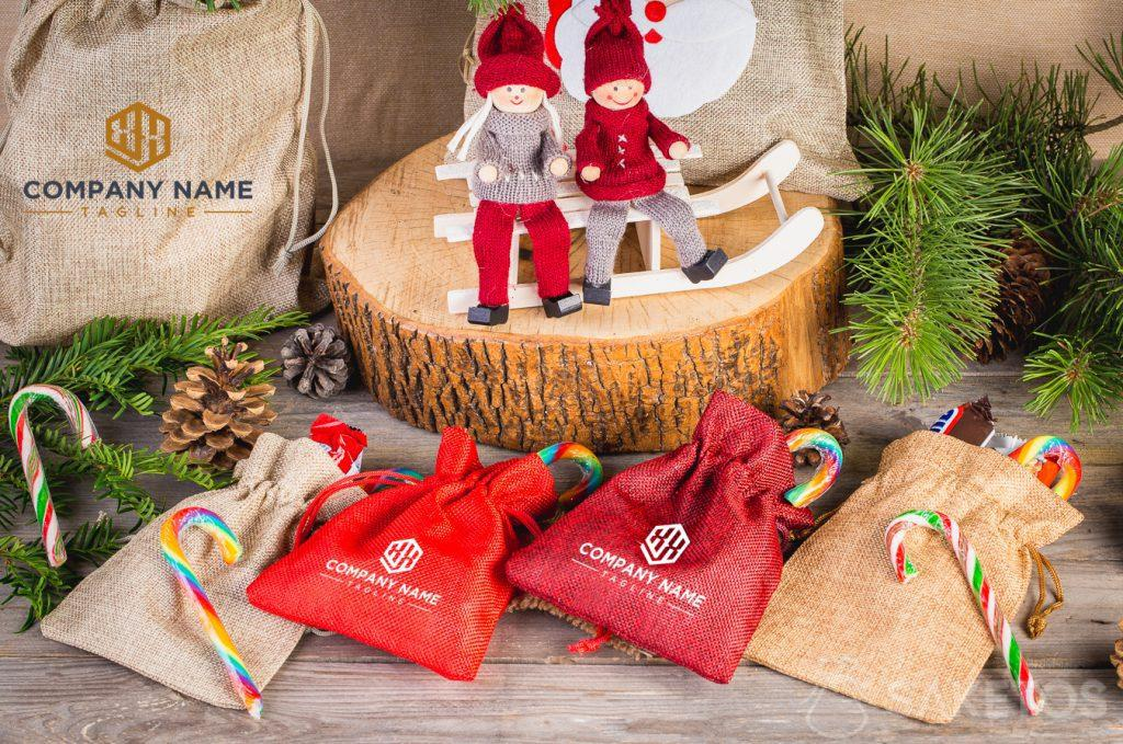 Sacchetti natalizi con logo aziendale.