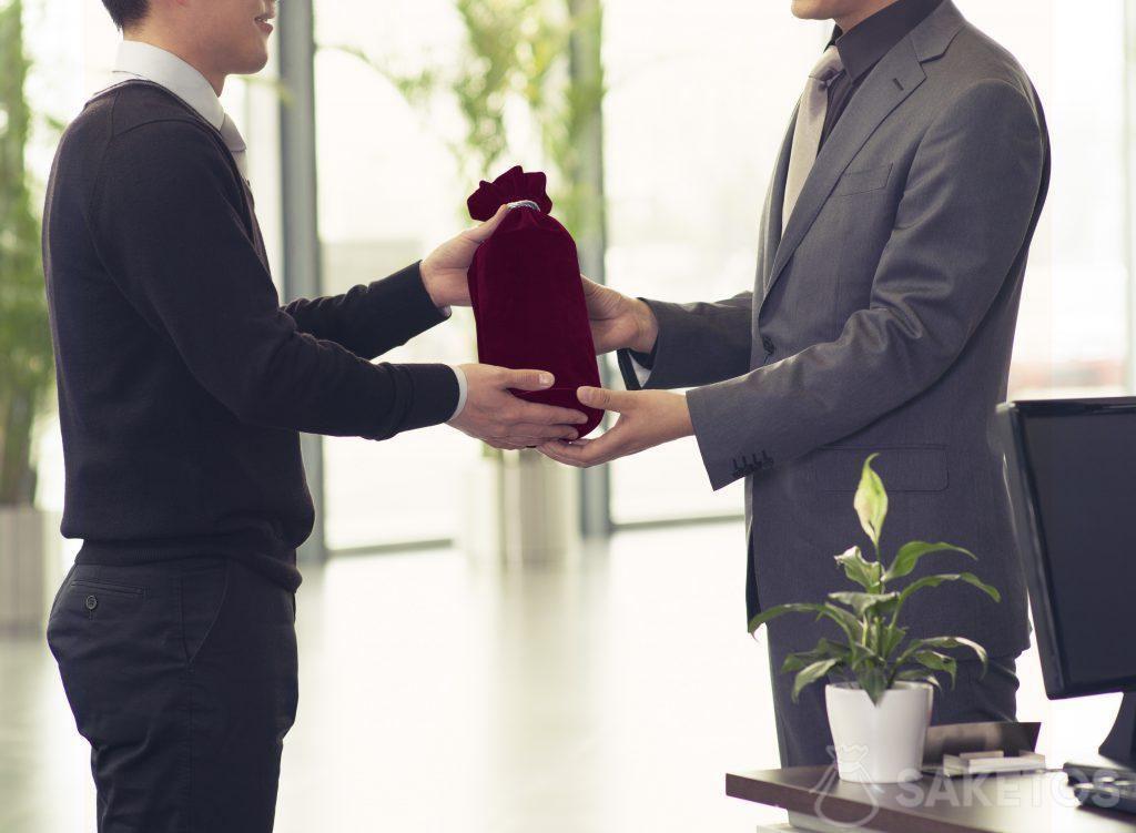 Regali aziendali confezionati in sacchetti di stoffa.