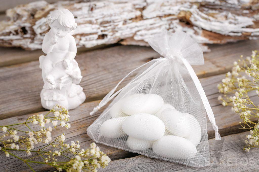 Idee regalo per gli invitati alle nozze - confetti o angioletto impacchettati in un sacchetto di organza