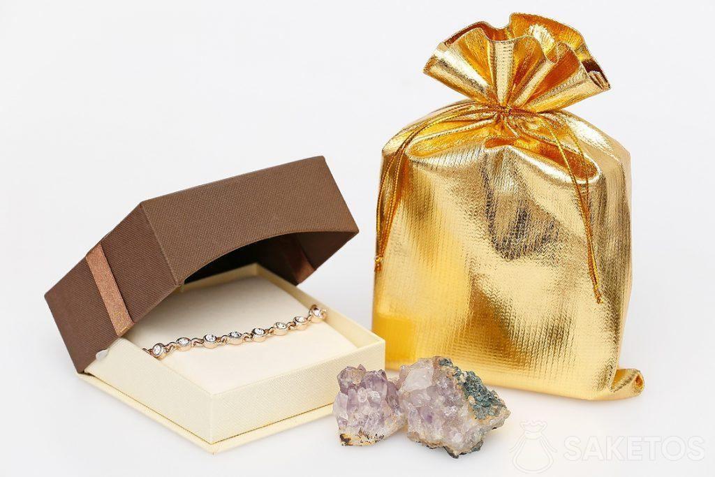 Sacchetto dorato metallico ed elegante braccialetto.