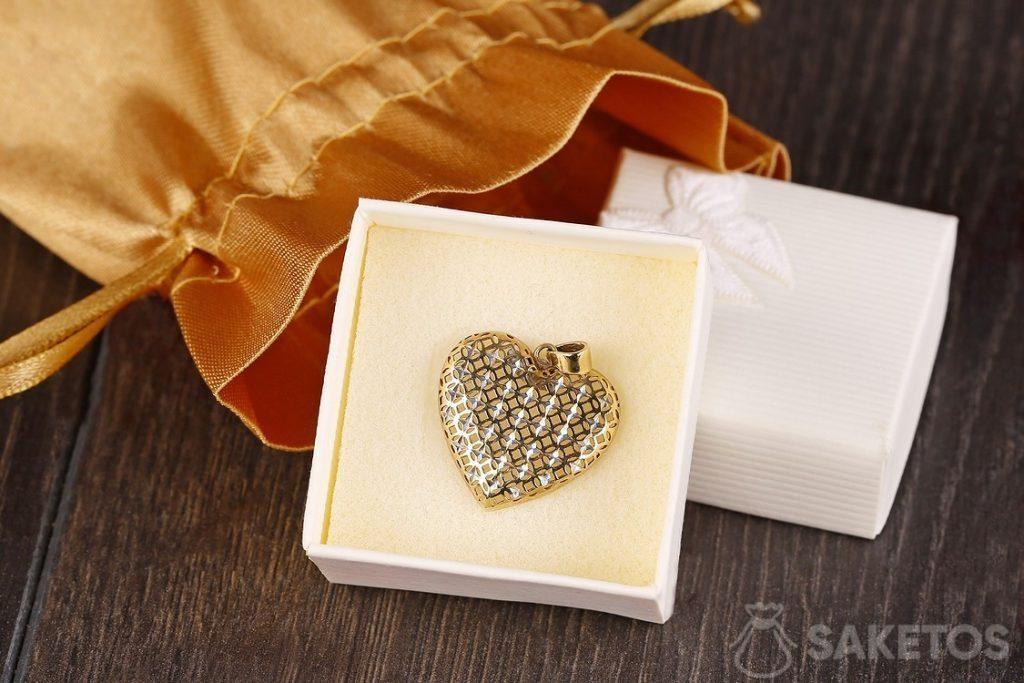 Sacchetto dorato di raso come confezione per gioielli