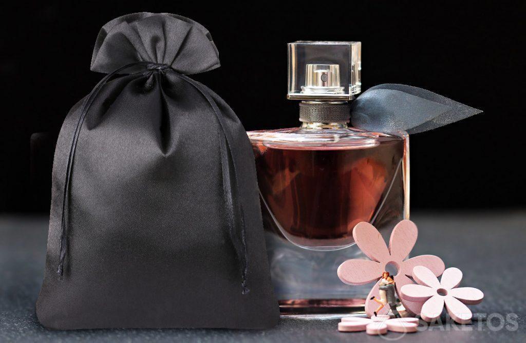 Elegante sacchetto di raso nero per profumi