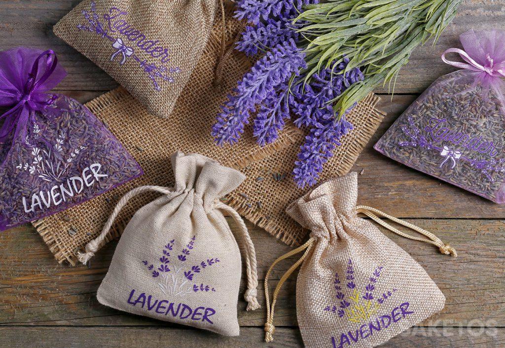 Sacchetti di organza, iuta e lino con lavanda stampata riempiti di fiori secchi di lavanda.
