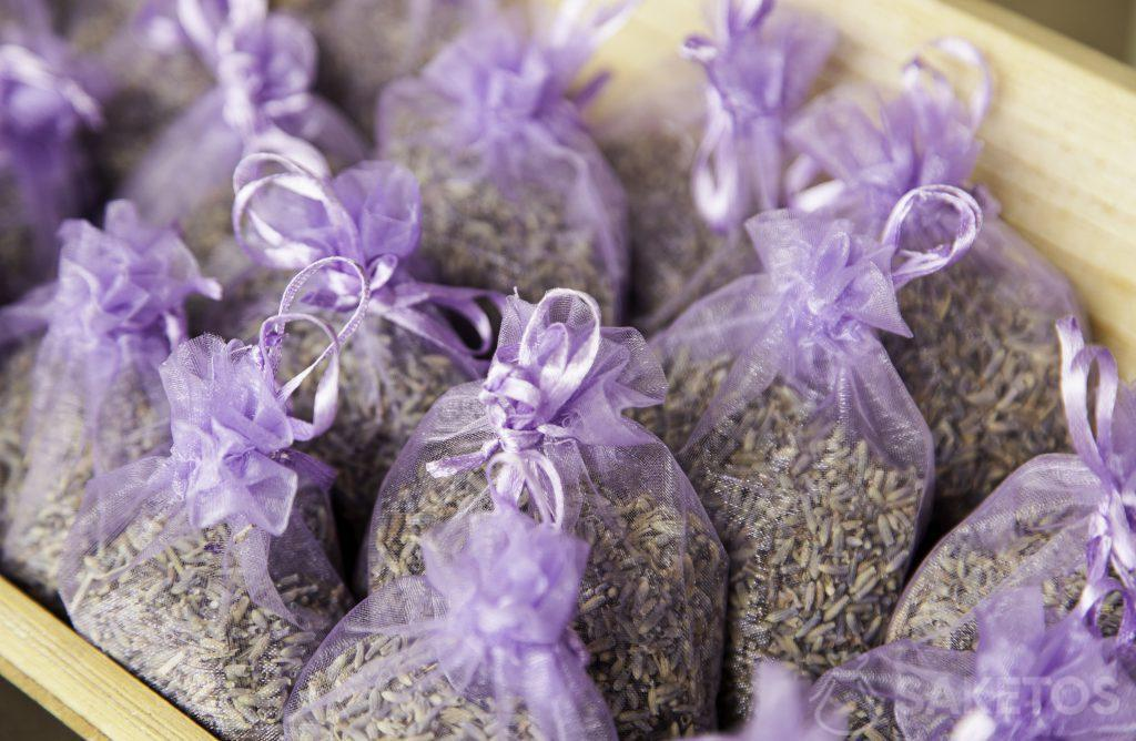 Sacchetti di organza viola pieni di lavanda