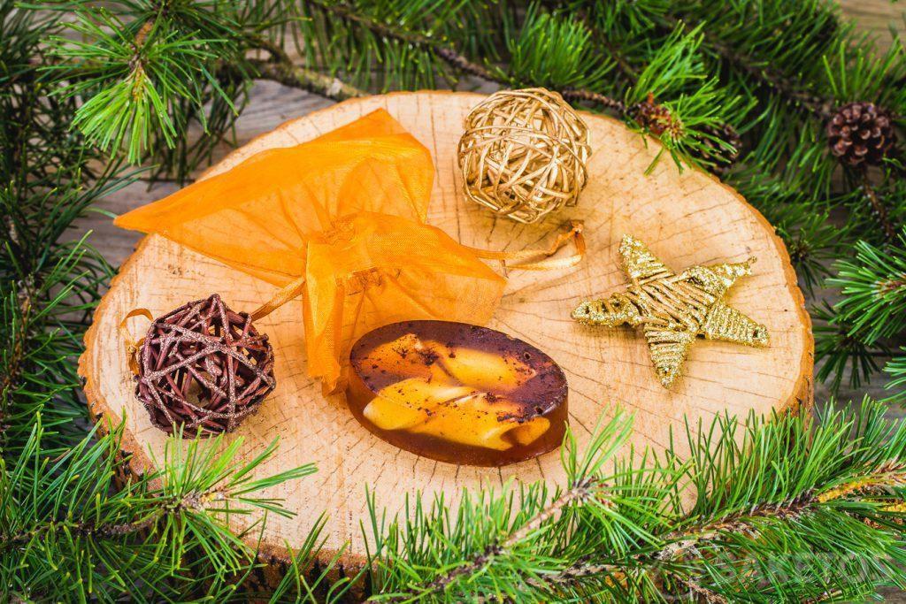 Saponetta invernale di glicerina e sacchetto dorato di organza come confezione decorativa.
