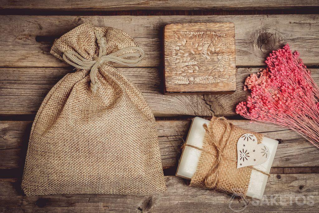 I cosmetici naturali, ad esempio il sapone fatto a mano, sono perfetti in un sacchetto di iuta.