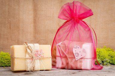 Il sapone fai-da-te fatto in casa può essere versato in stampi in silicone.