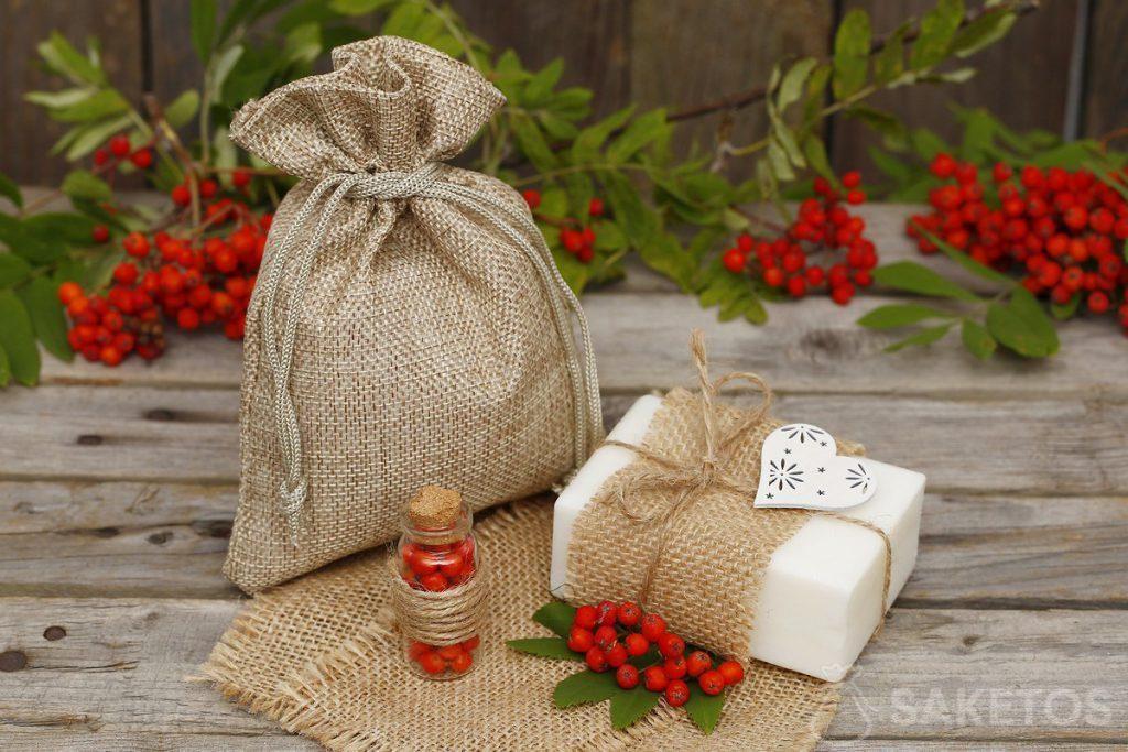 Il sapone bianco naturale può essere decorato e confezionato come regalo in un sacchetto di iuta.