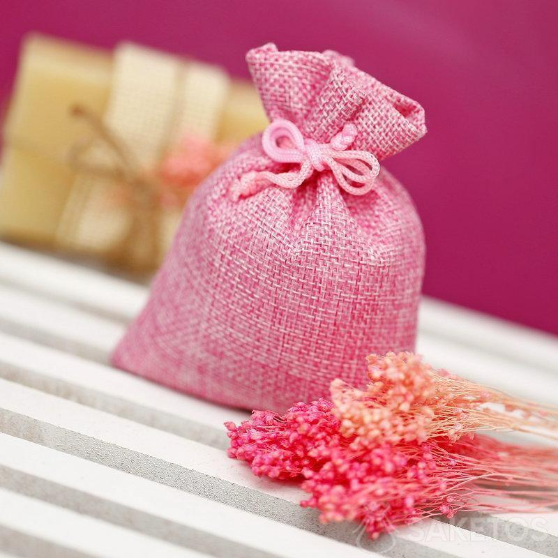 Sacchetto di iuta rosa, sullo sfondo un sapone naturale.
