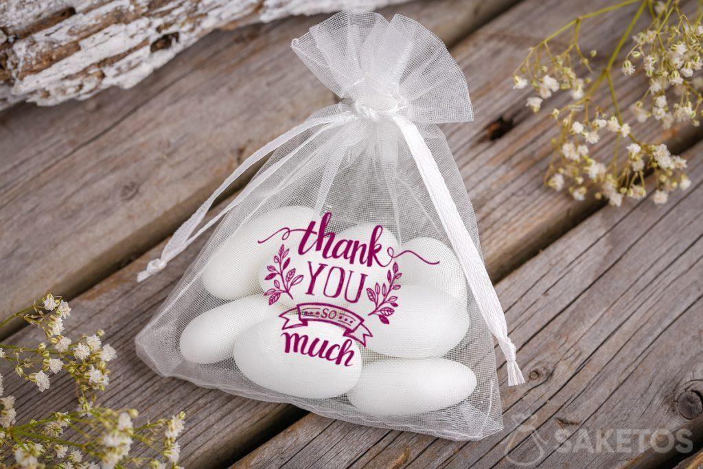 Grazie agli invitati al matrimonio: borsa in organza con mandorle