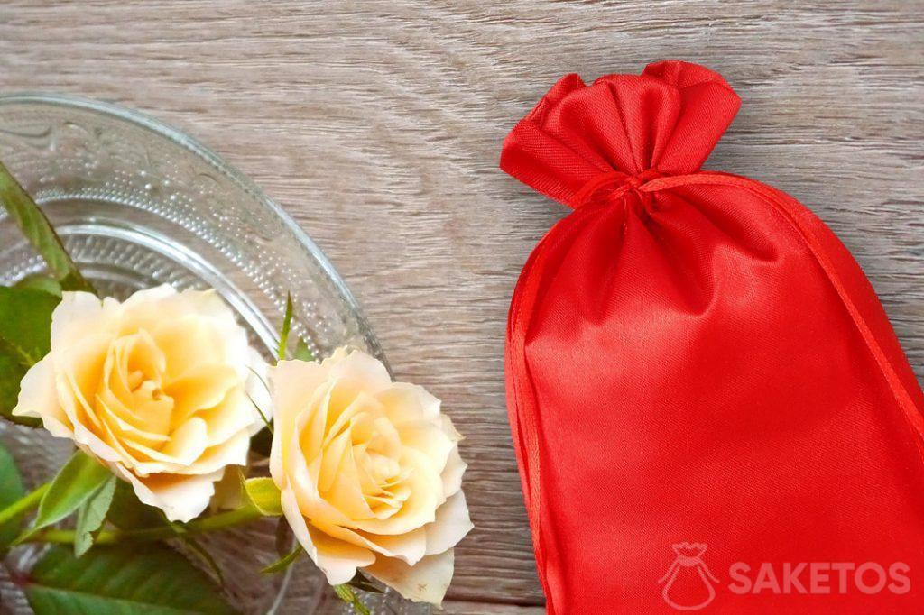 Sacchetto rosso di raso e rose