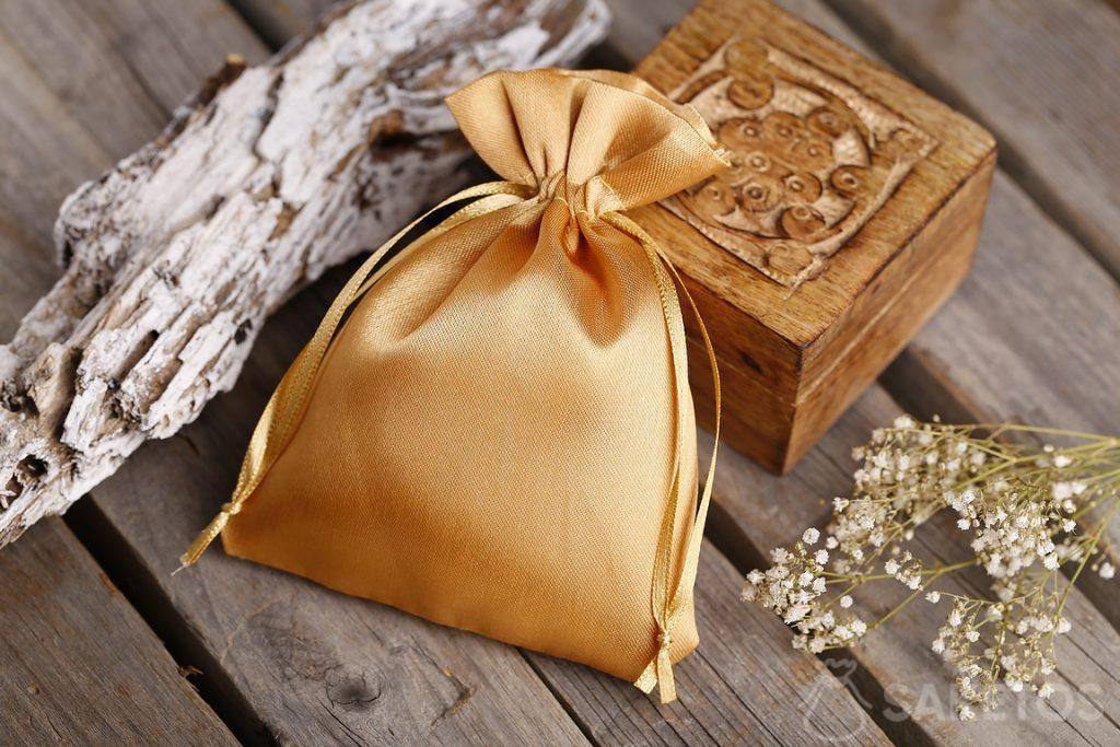 Sacchetto dorato di raso e scatoletta di legno per souvenir