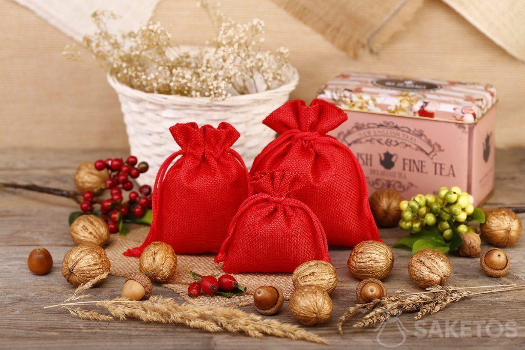 I sacchetti rossi di iuta sono ideali per impacchettare tè e caffè.