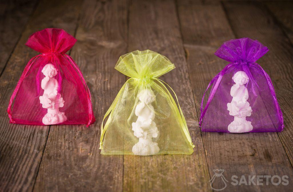 Angioletti confezionati in colorati sacchetti di organza come ringraziamento agli invitati alle nozze