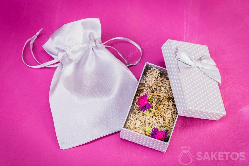 I sacchetti in tessuto svolgono anche la funzione di proteggere i gioielli delicati.