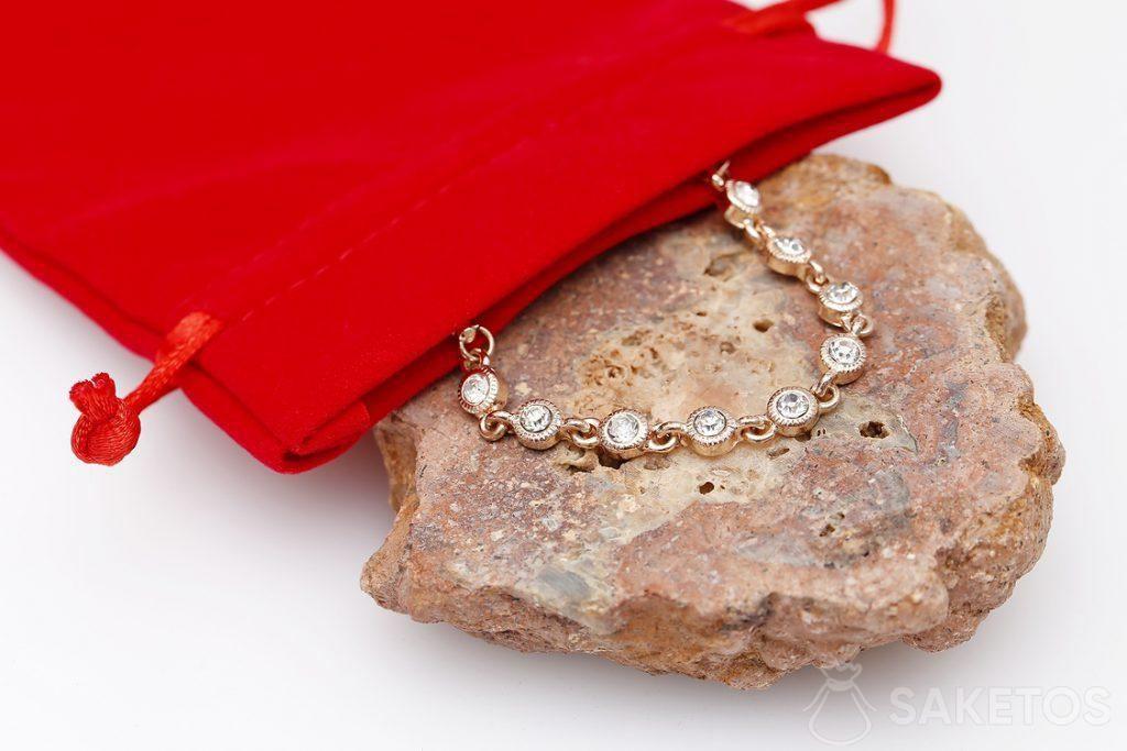 Sacchetto rosso per gioielli - modello per un braccialetto vistoso.