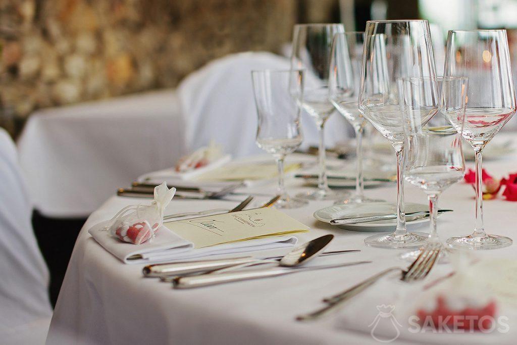 Un sacchetto di organza pieno di caramelle sdraiato su un tavolo di nozze