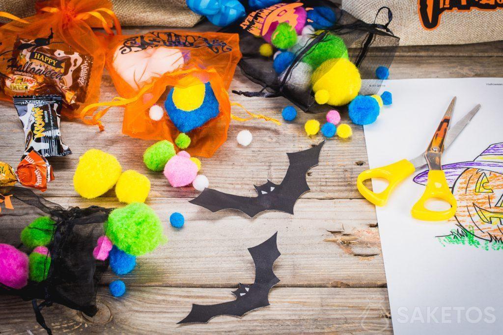 I sacchetti decorativi di Halloween contengono sono solo caramelle ma anche altre decorazioni.