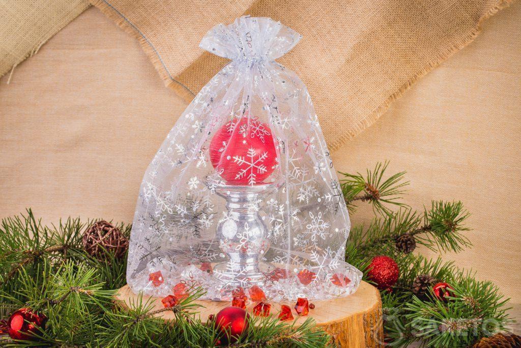 Un sacchetto di organza può anche fare da confezione per un portacandele