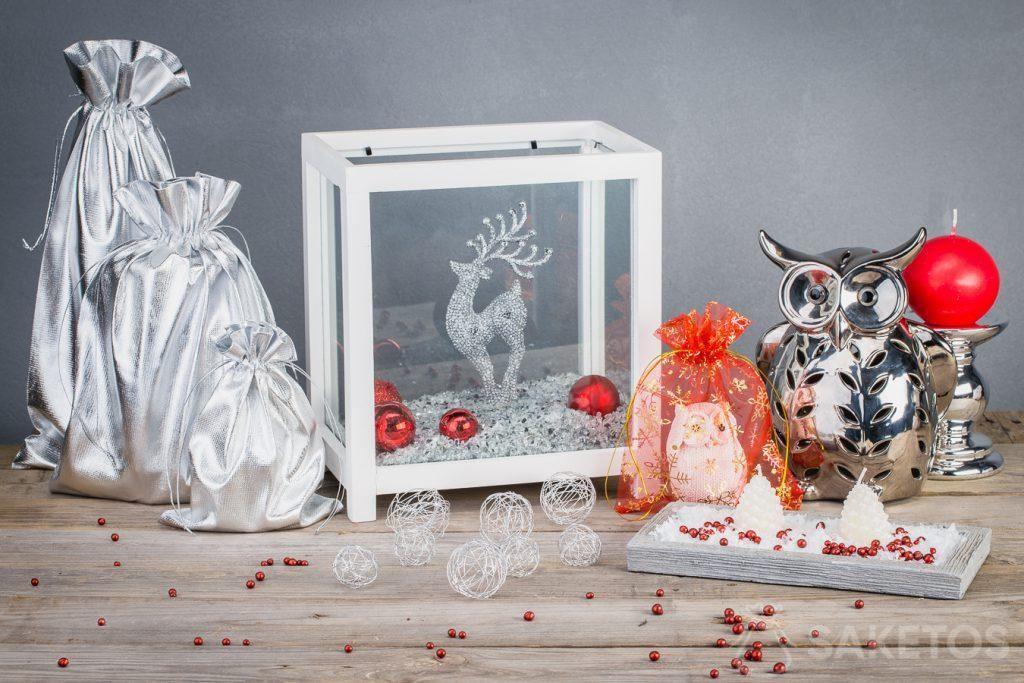 I sacchetti metallici rendono le decorazioni natalizie più moderne