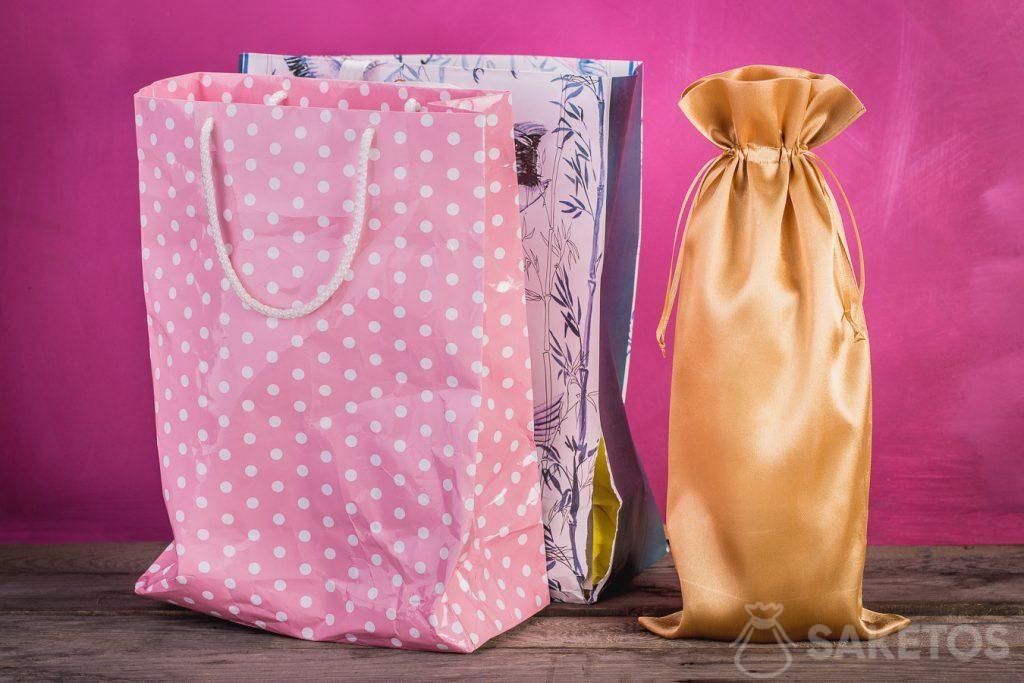 Confronto tra un sacchetto regalo e un sacchetto in tessuto