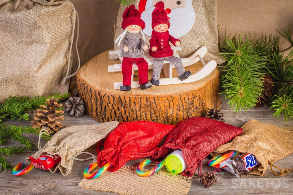 Nei sacchetti di tessuto si possono impacchettare dolci per Natale