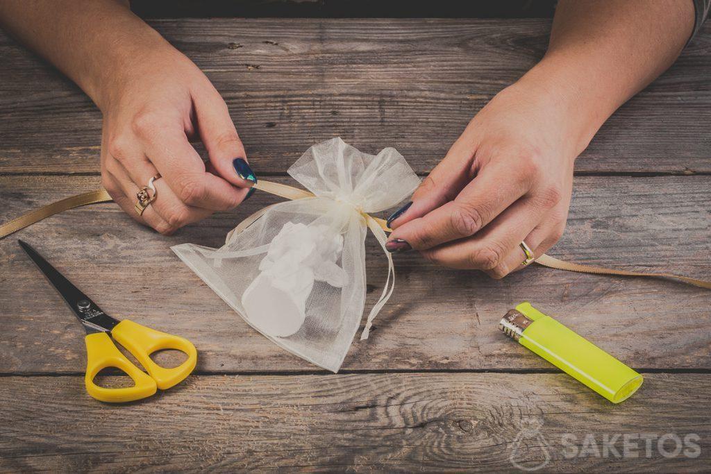 Come fare un fiocco con un nastrino su un sacchetto di organza - passo 2