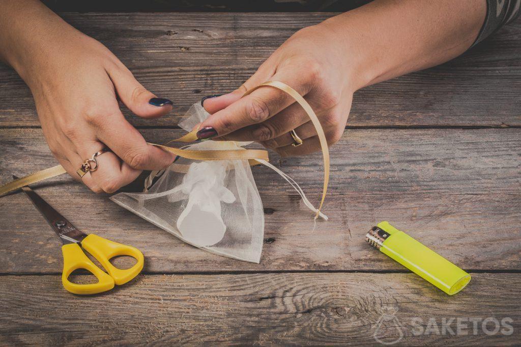 Come fare un fiocco con un nastrino - passo 3