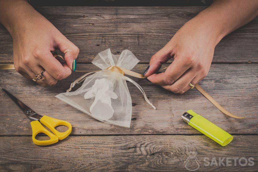 Annodare un fiocco con un nastrino - passo 5