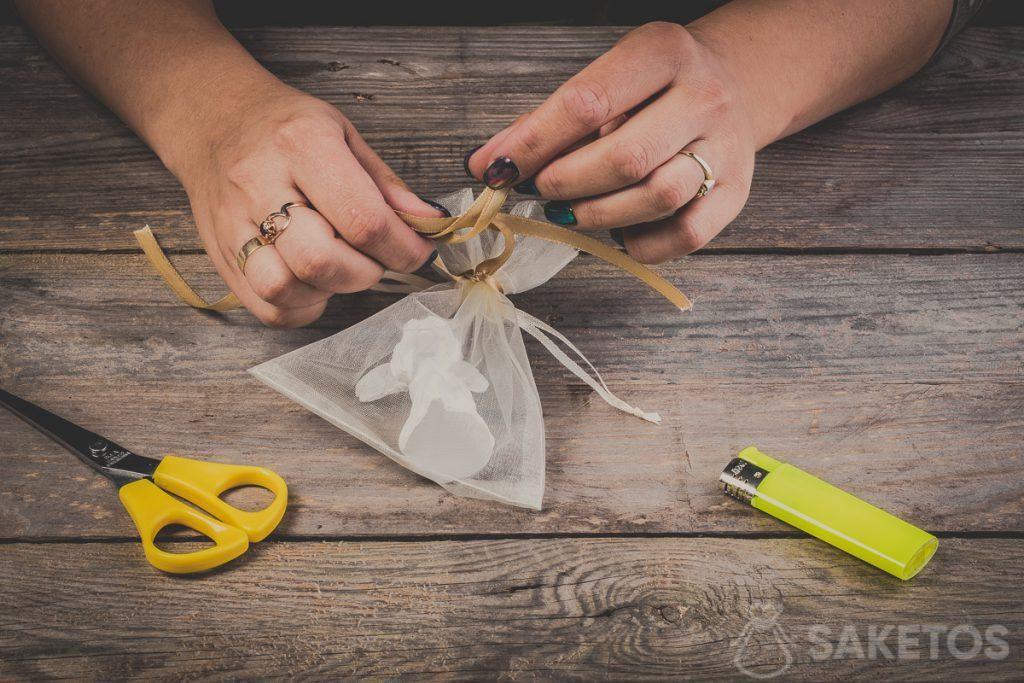 Inserimento degli anelli quando si fa un fiocco con un nastrino - passo 8