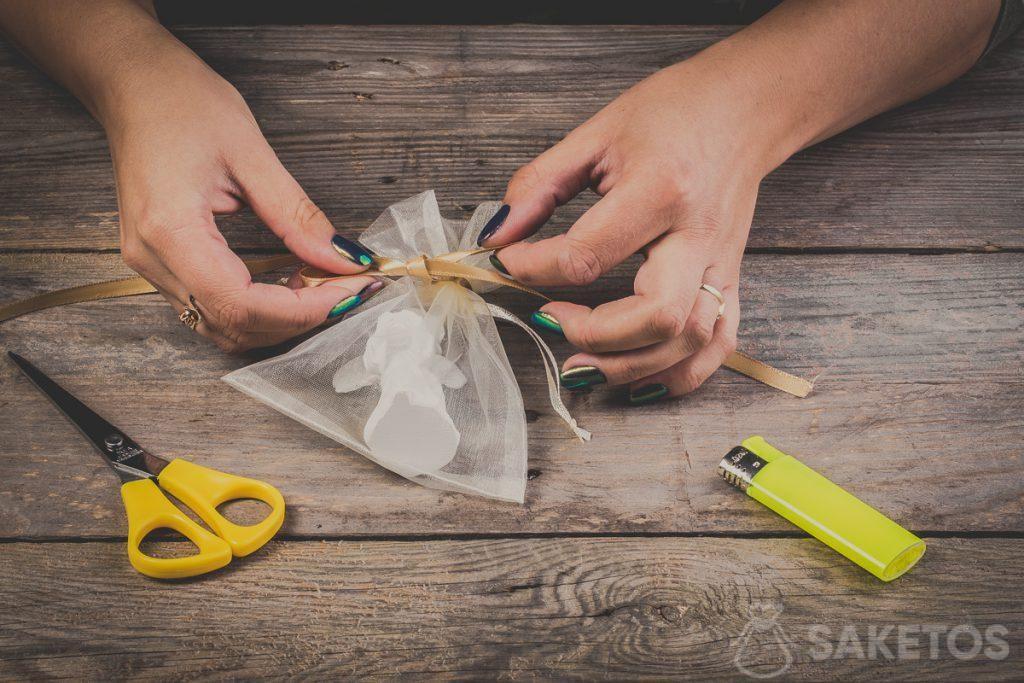 Fare un fiocco con un nastrino - passo 9