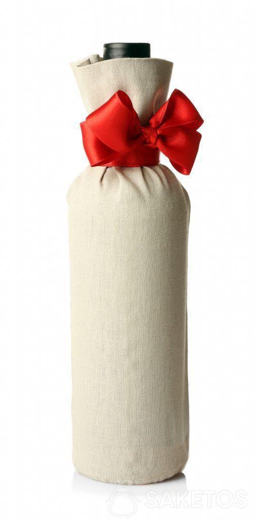 Un alcolico da regalare confezionato in un sacchetto di lino con un fiocco rosso