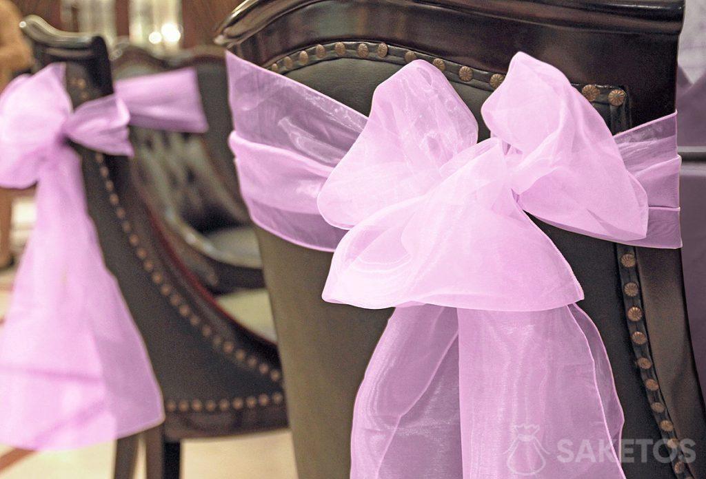 Fiocco decorativo in organza legato allo schienale di una sedia