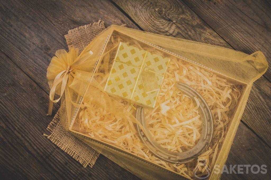 Regali in un sacchetto di organza con nastrino decorativo