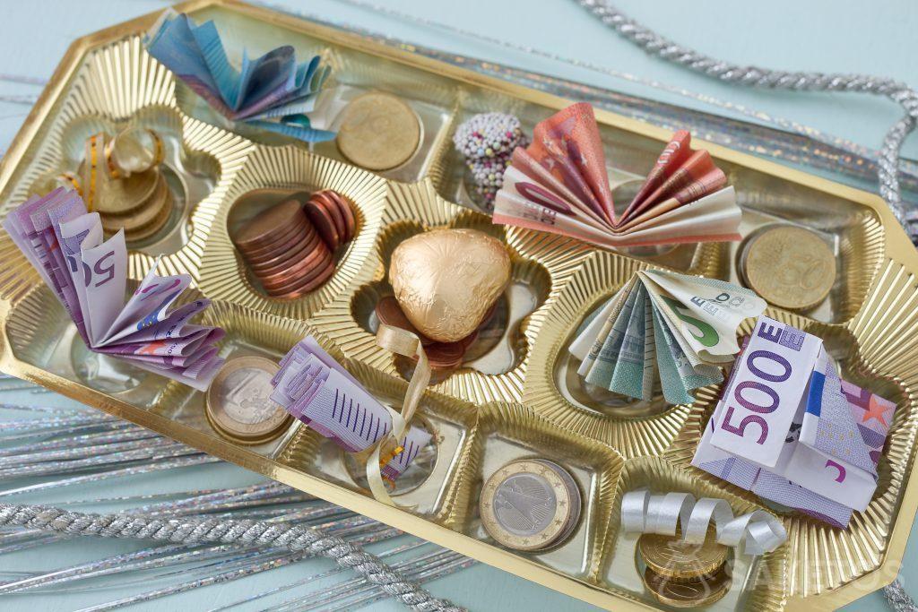 Le banconote e le monete possono essere messi in una bomboniera in mezzo ai confetti