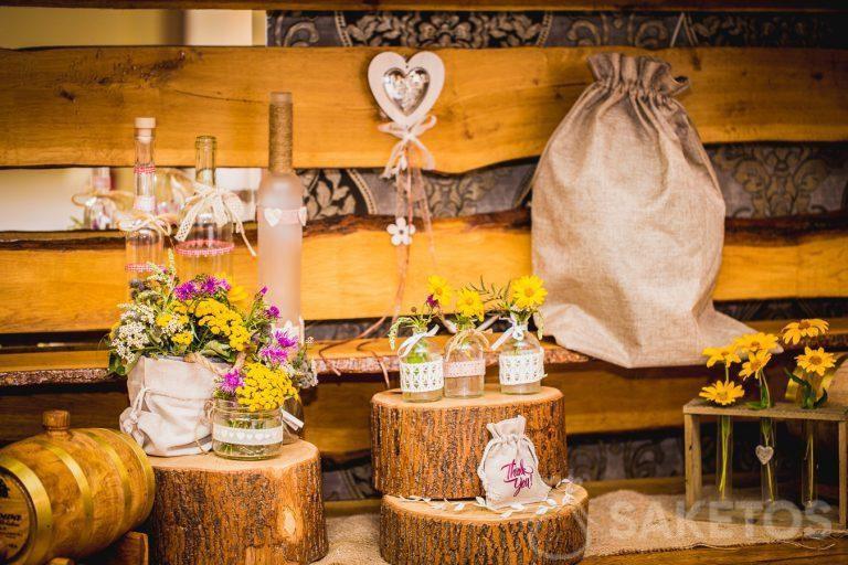 Sacchetti decorativi in stile rustico per il tavolo del ricevimento di nozze.