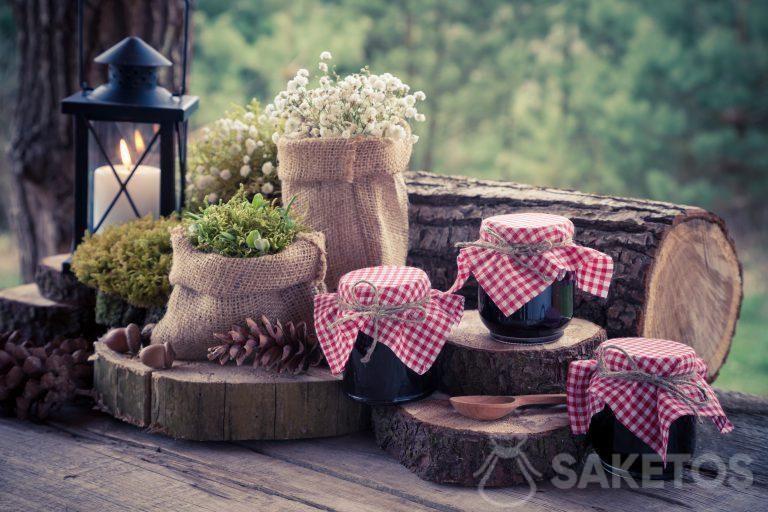 Decorazione composta da sacchetti di iuta e vasetti per conserve decorati