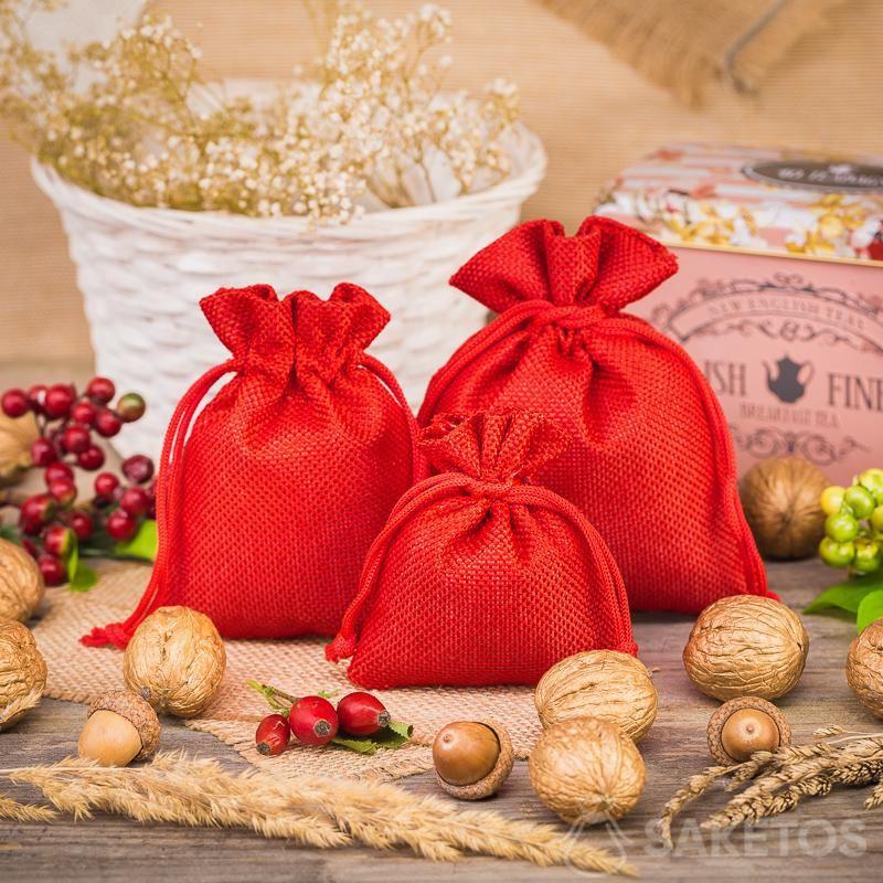 Sacchetti di iuta rossi come elemento di una composizione decorativa in cucina