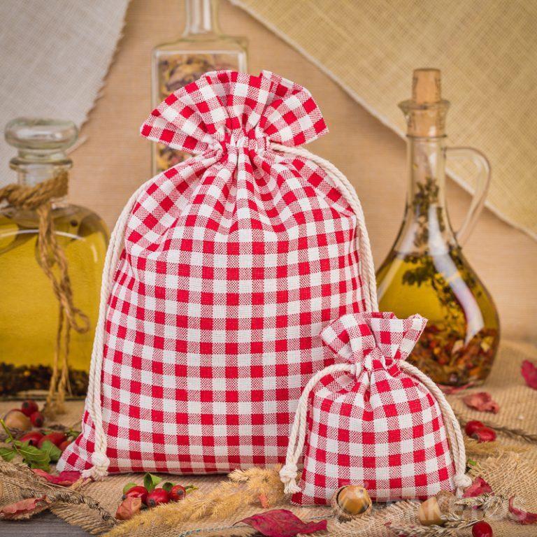 I sacchetti di lino alla moda a quadretti rossi sono un'ottima decorazione per il ripiano della cucina o una mensola
