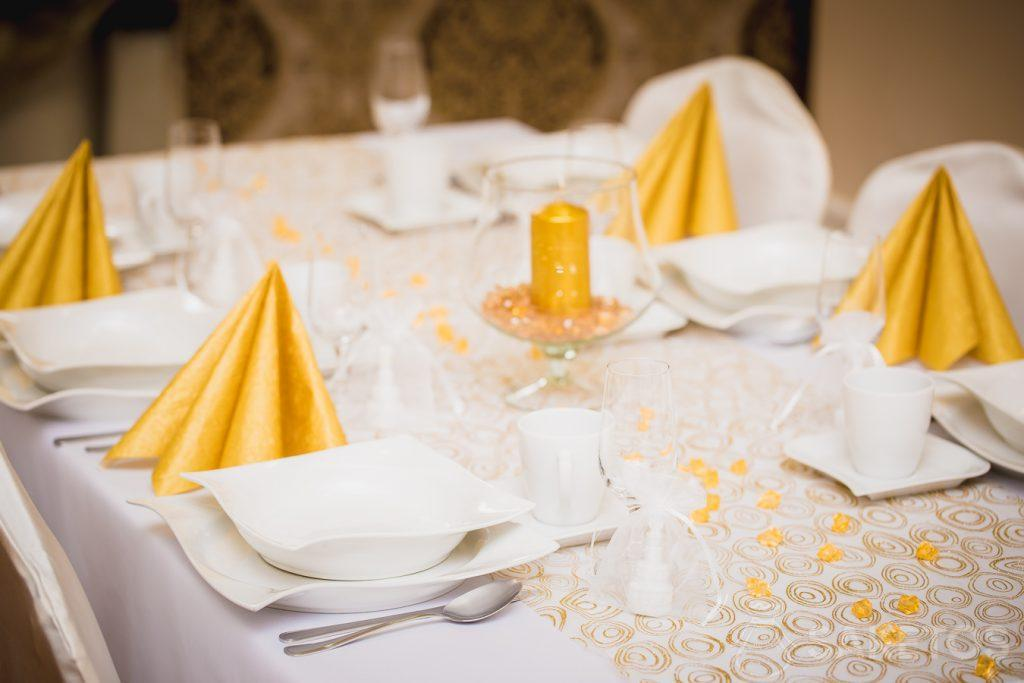 Organza dekoracje na stoł - obrus i woreczki na podziękowania dla gości