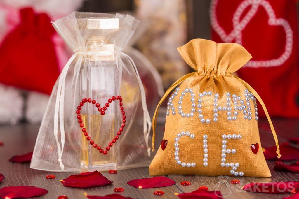 I sacchetti in tessuto possono essere decorati a mano con perline e brillantini