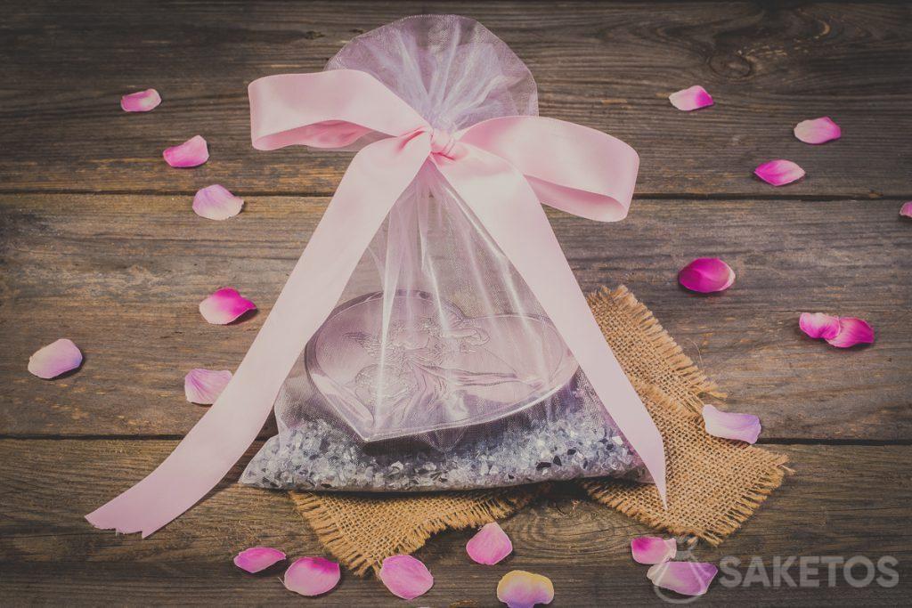 Fiocco decorativo avvolto intorno a un sacchetto di organza